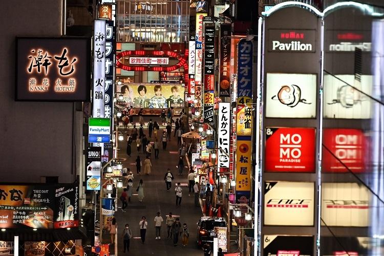 営業自粛が解除された新宿区歌舞伎町(AFP=時事)