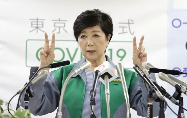 連日の東京都知事会見が報道され新型コロナウイルスのイメージを強めているのか(時事通信フォト)