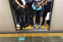 経済活動の再開で満員電車も復活