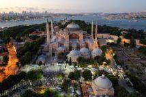 世界遺産アヤソフィア。建物前の広場ではイスラム教の夕方礼拝が行われている(AA/時事通信フォト)