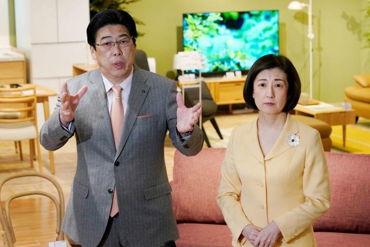 大塚家具会長に就任するヤマダ電機の三嶋恒夫社長(左)と大塚久美子社長(時事通信フォト)