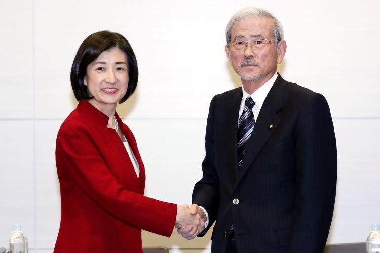 大塚家具に手を差し伸べたヤマダ電機の山田昇会長(右)だが…(時事通信フォト)