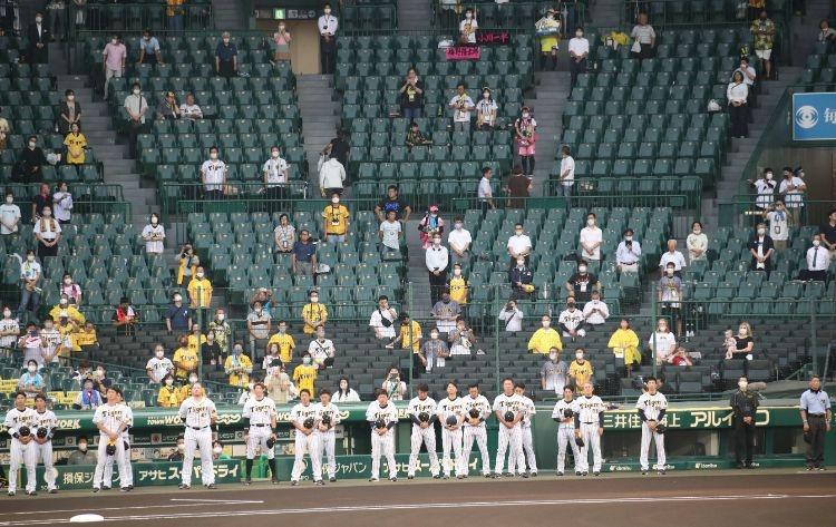 間隔をあけて座る観客たち(時事通信フォト)