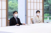 """両陛下が横に並んでご進講を受けられるのが""""令和流""""(6月23日、東京・港区 写真/宮内庁提供)"""