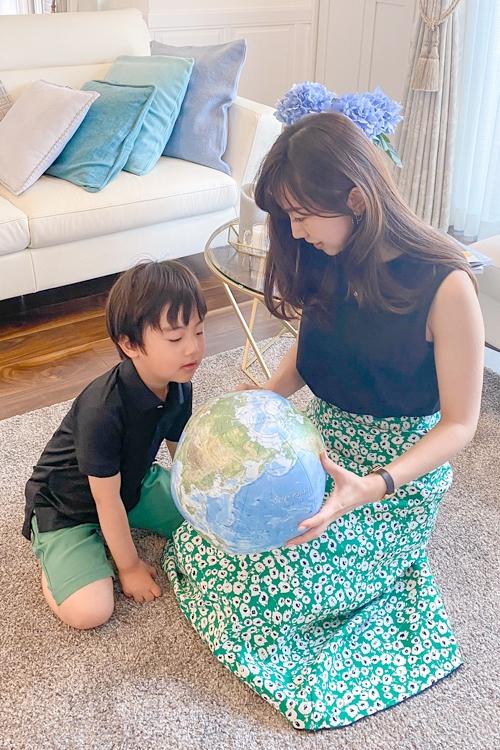 世界の国々や地理に興味を持ち始めたら、地図や地球儀を見せながら子供とともに調べてみよう(写真提供/東大卒ママの会)