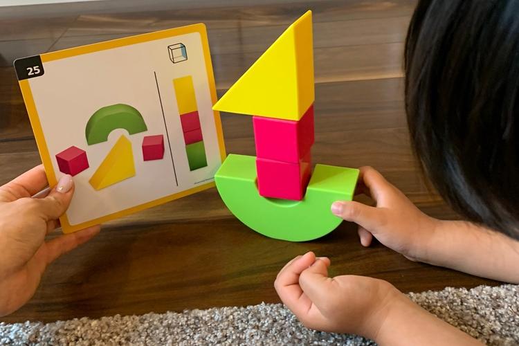 積み木遊びでは、頭の中で立体のイメージを回転させる能力が鍛えられる(写真提供/東大卒ママの会)