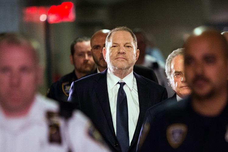 ニューヨーク市刑事裁判所に入る元映画プロデューサー・ワインスタイン。立場を利用した数々のセクハラや性的暴行が明るみに出たことをきっかけにmetto運動などの社会現象へと繋がった(AFP=時事)