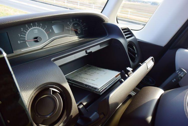 CDケースがすっぽり収納できるグローブボックス(ホンダN-BOX)