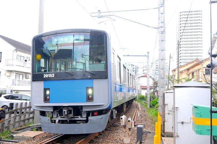 練馬駅─豊島園駅は約1キロメートルの単線区間ながら、高頻度で電車が走っている
