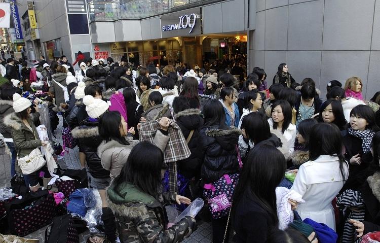1月2日の「渋谷109」初売りに大勢の若い女性たちが殺到する様子は正月におなじみの景色だった(時事通信フォト)