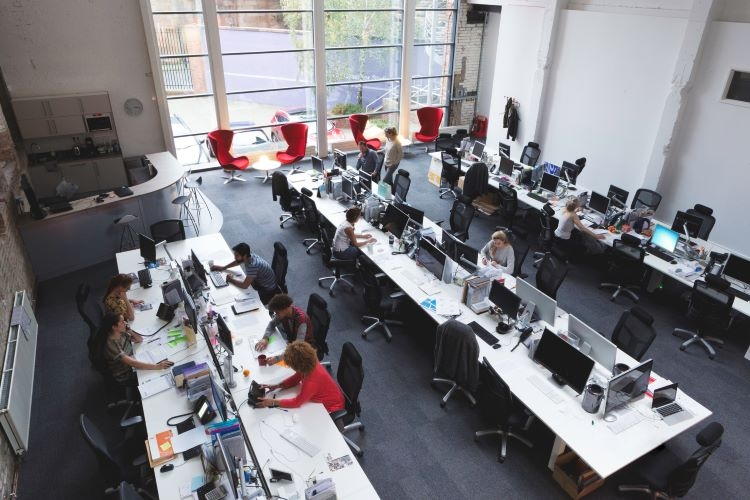 デスクに仕切りがないと仕事の生産性が低下するとのデータも(Getty Images)