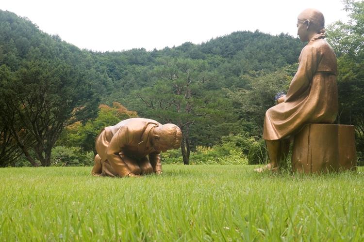 問題となった「土下座像」(LeeJae Won/AFLO)