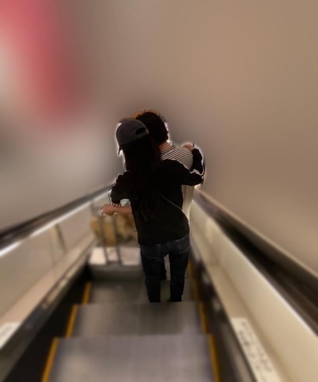 エスカレーターでは原氏をこじるりが後ろから抱き寄せた