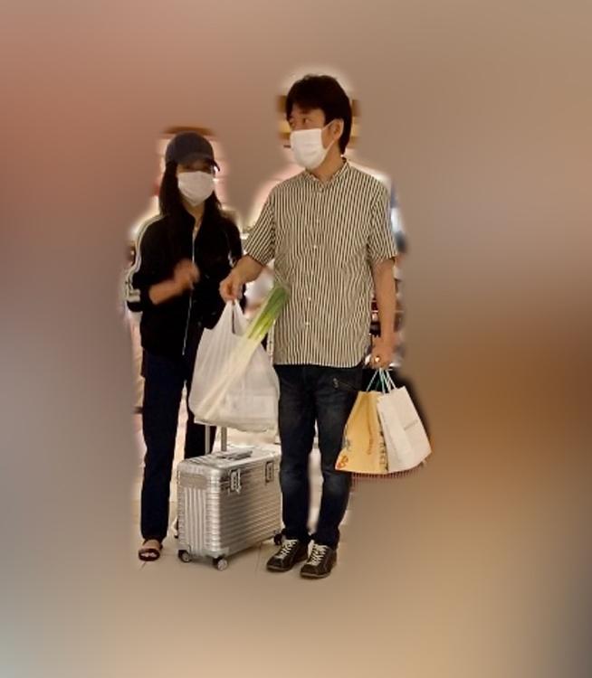 両手にいっぱいの買い物袋