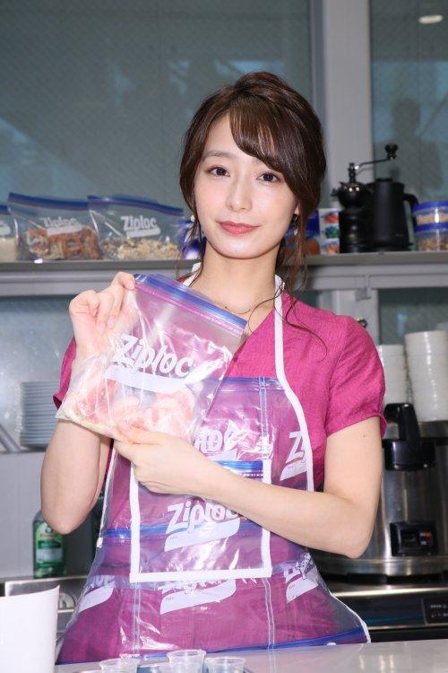 シースルーのエプロンでジップロックに入った料理を持つ宇垣アナ
