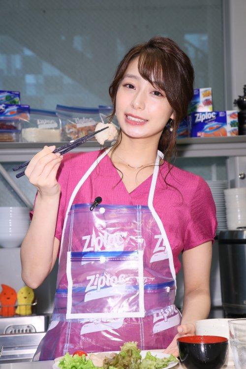 箸で「豚バラのネギ塩焼きレモン風味」を挟む宇垣美里アナ