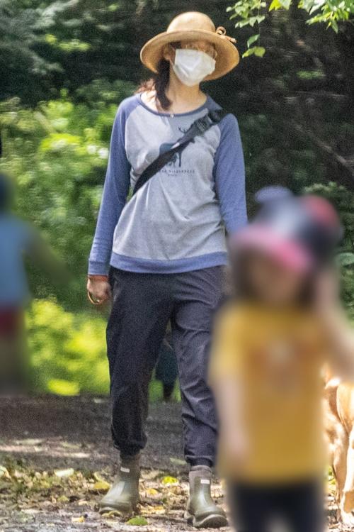 8月上旬、父の別荘地近くで友人と犬の散歩をする杏
