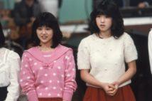 1981年12月16日「スタ誕」で行われた1982年にデビューが決まった新人の顔見世に参加した小泉今日子(左)と中森明菜(右)
