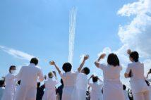 ブルーインパルスの飛行を見つめる医療従事者ら(時事通信フォト)