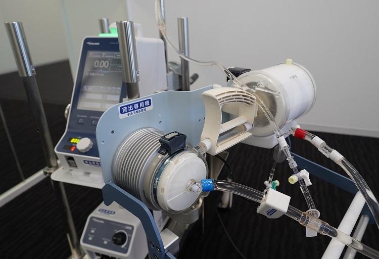 患者の心臓と肺の役割を果たすテルモの体外式膜型人工肺(ECMO、エクモ)(時事通信フォト)