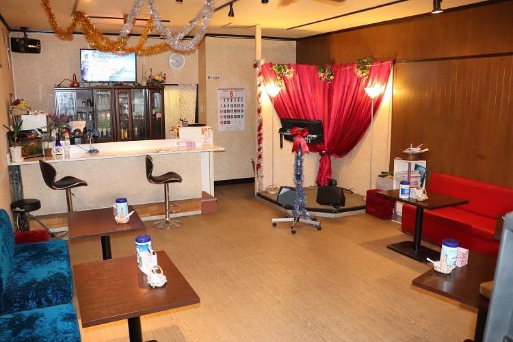昼食などとともに、昼カラオケを提供する喫茶店(時事通信フォト)