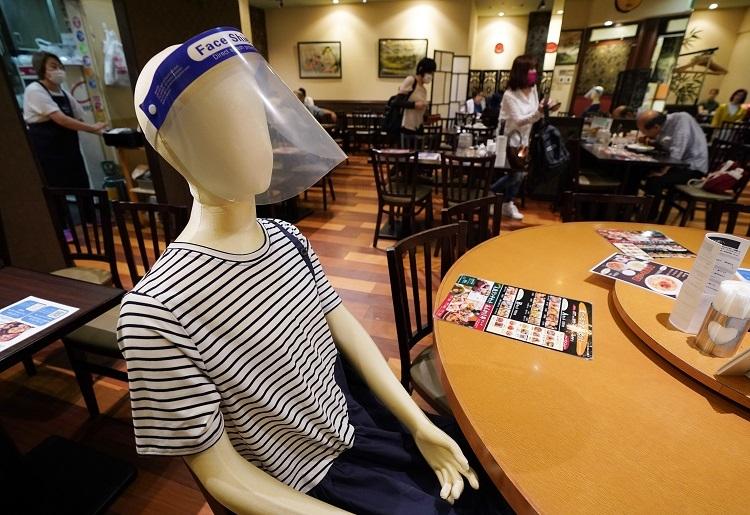 客どうしの距離を置くためマネキン配置。満席になっても以前と同じような売上にはならない(時事通信フォト)