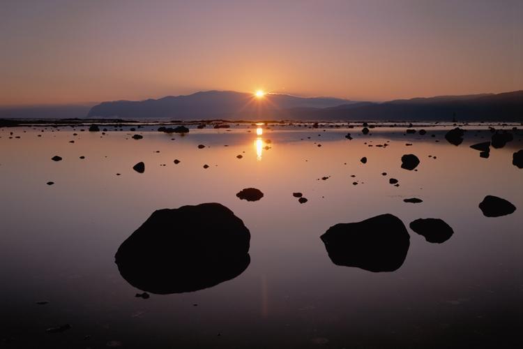 日本海に面した寿都湾の朝(時事通信フォト)
