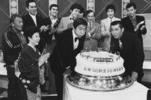石原プロ創立20周年記念のケーキのロウソクを吹き消す裕次郎さん(中央)と渡さん(右)