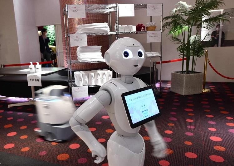 東京都では軽症や無症状の陽性患者を受け入れる宿泊療養施設にロボットを試験導入(AFP=時事)