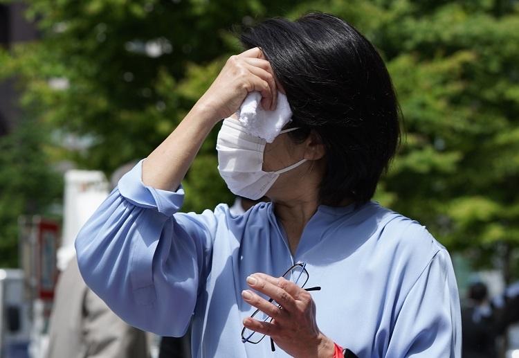 2020年夏は暑くてもマスクが手放せない(時事通信フォト)