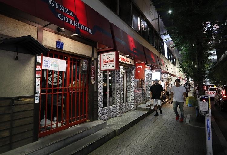 東京都の営業時間短縮要請を受けて、営業が終了した飲食店が続く銀座コリドー街(時事通信フォト)
