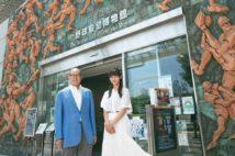 平松政次氏、女子野球の加藤優と「野球殿堂博物館」を歩く