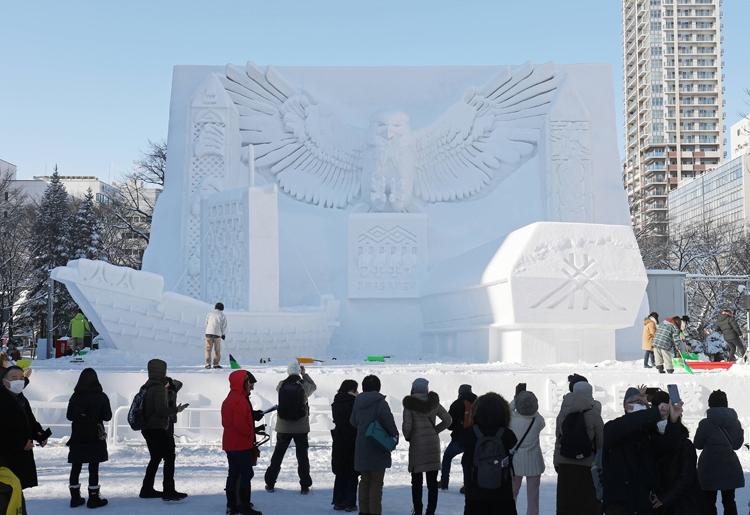 今年2月の雪まつりでは、ウポポイを紹介する大雪像が建てられた(時事通信フォト)