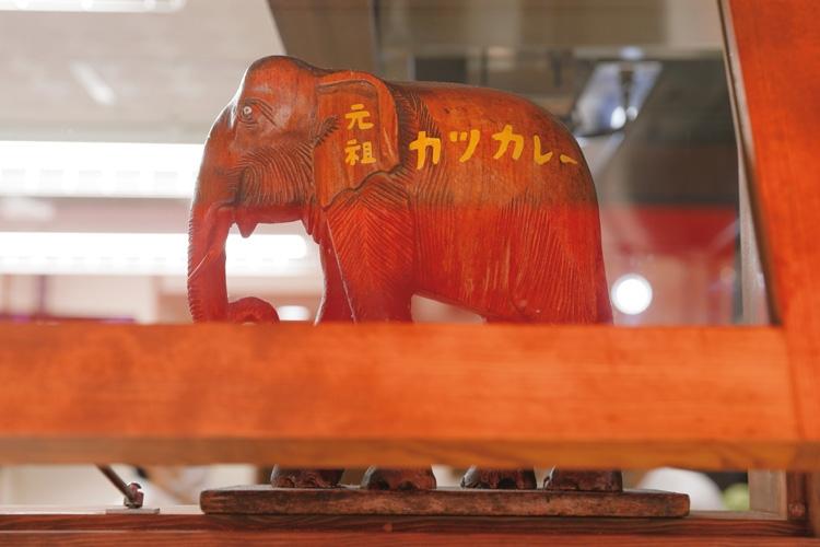 本店入口に飾られていた象のオブジェが出迎える