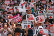 2019年夏、韓国では「NO安倍」を掲げる運動が盛り上がった(EPA=時事)