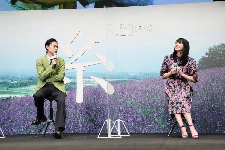 会見でも仲の良さを見せた菅田将暉(左)と小松菜奈
