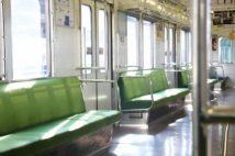コロナ禍の「電車内飲食」に苛立ちの声続々 「マスク外してまでなぜ?」