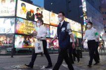 クラスター発生が明らかになった時期、歌舞伎町では新宿区職員らがホストクラブなどに新型コロナウイルス対策を呼び掛けた(時事通信フォト)