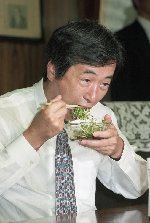 O-157騒動時、カイワレサラダを食べてカイワレ大根の安全性をアピールした当時の菅厚労相