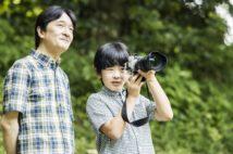 """大の「カメラ好き」の秋篠宮さまから、悠仁さまはカメラの""""指導""""を受けられたという(宮内庁提供)"""