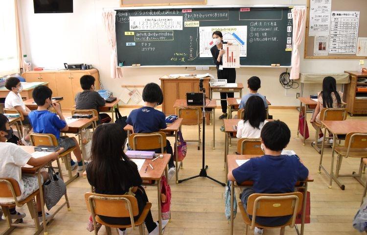 学校はオンライン授業など多くの対策を迫られ、教員の仕事も増えた(時事通信フォト)