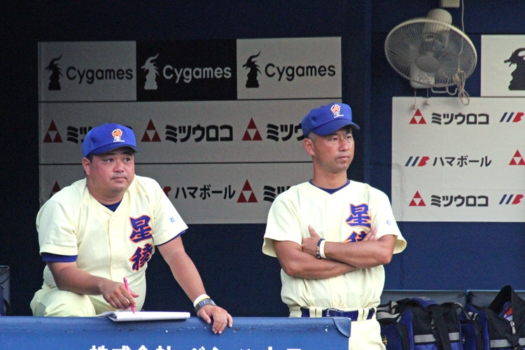 母校、星稜で中学の野球部コーチに就任した五田裕也氏(写真左)