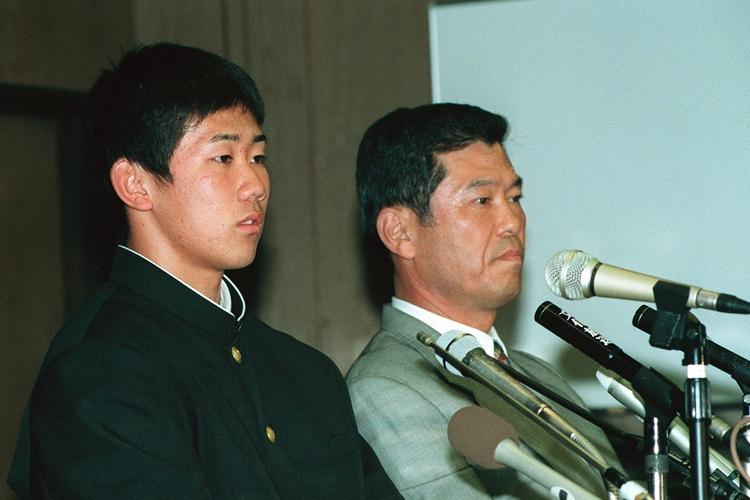 1998年、3球団から1位指名を受けて西武に入団した松坂大輔(時事通信フォト)