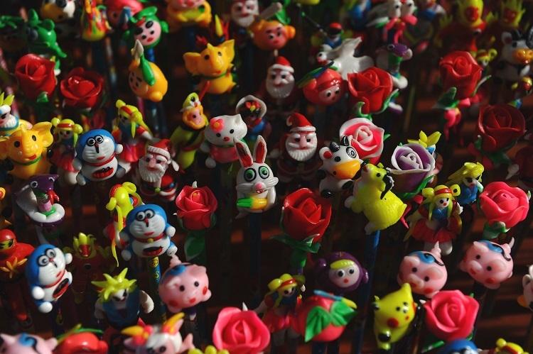 ベトナム、ハノイのマーケットに並ぶ様々なキャラクターを模した中秋節の米粉菓子。ドラえもんはベトナムでも人気(AFP=時事)