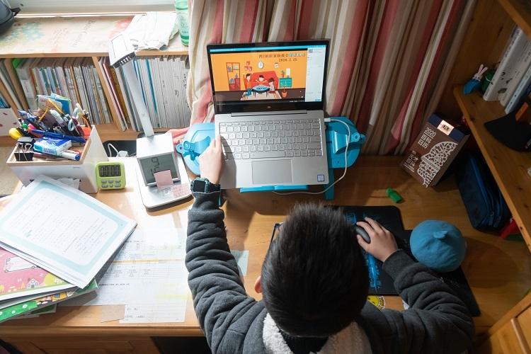 オンライン学習を受ける子供(Sipa USA/時事通信フォト)