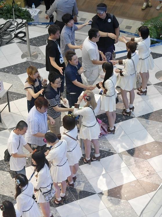 アイドルの握手会(イメージ、時事通信フォト)