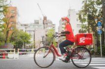出前館の赤いバイクや自転車を見かけることが増えた