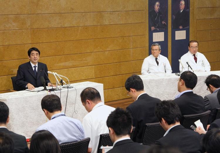 安倍首相は07年就任時に医師同席で病状を説明していた(時事通信フォト)