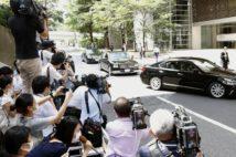 安倍前首相が訪れた病院の前にはマスコミが殺到した(写真/共同通信社)