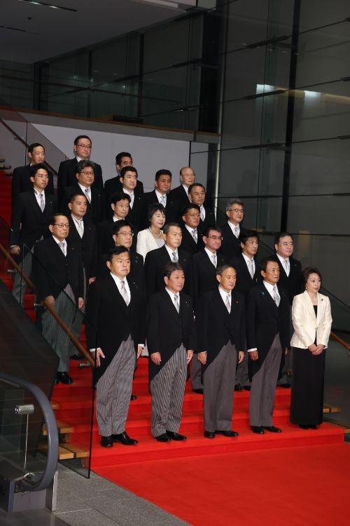 ひな壇に並んだ菅内閣の面々
